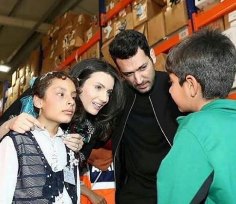 إيمان الباني وزوجها يخطفان الأنظار على مواقع التواصل عند زيارتهما لمخيمات السوريين