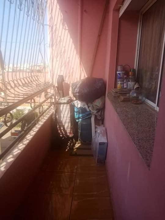 سيدة مغربية تحول شرفة منزلها الى غرفة اضافية لطفلها