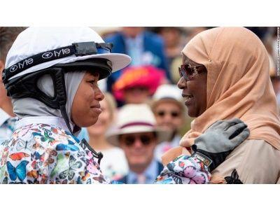 الفارسة خديجة ملاح أول مسلمة محجبة تفوز بسباق للخيول ببريطانيا