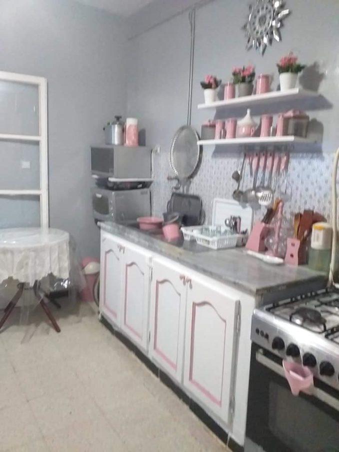 استفدت من بعض الاواني القديمة وزينت المطبخ باقل تكلفة