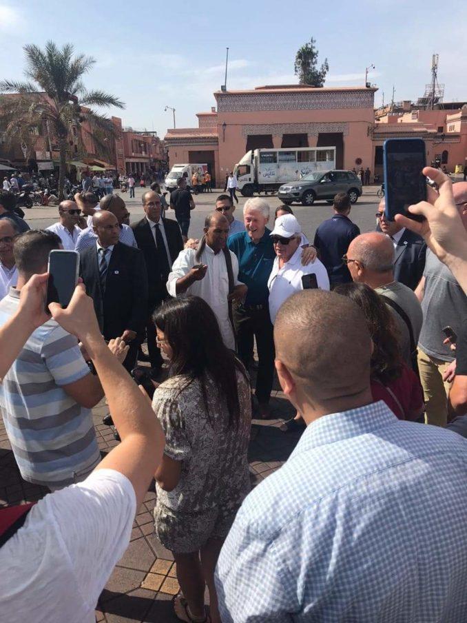 بالصور.. الرئيس السابق بيل كلينتون يتجول في شوارع مراكش