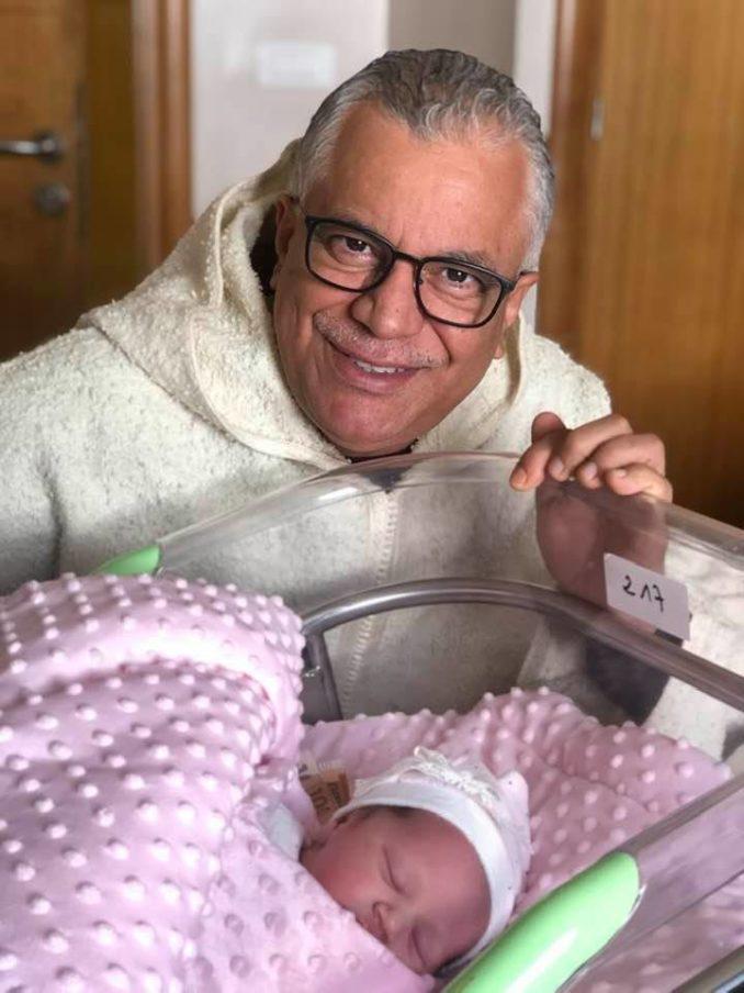 الفنان الكوميدي الخياري يشارك متابعيه أول صورة لحفيدته أميرة بعد ولادتها