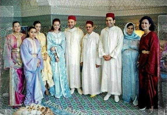 صورة عائلية نادرة تجمع الملك محمد السادس و لالة سلمى وشقيقتها مريم بناني