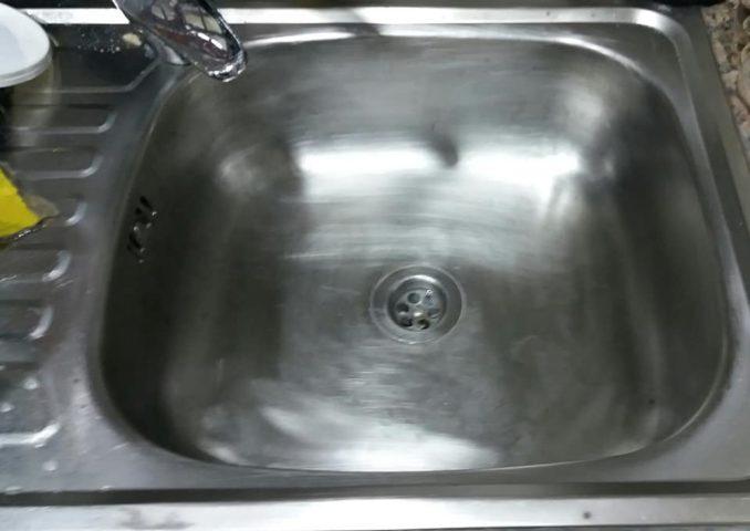 الحل الانسب لتلميع حوض المطبخ بالورق الخشن والصابون البلدي
