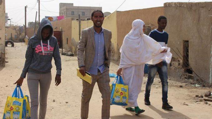 رمته أمه عند ولادته.. مغني موريتاني يكرس حياته لانقاد الأطفال المتخلى عنهم (صور)