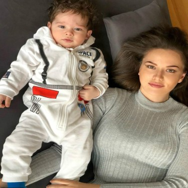 أول صورة لإبن بوراك اوزجيفيت وزوجته فهرية تلهب مواقع التواصل الاجتماعي