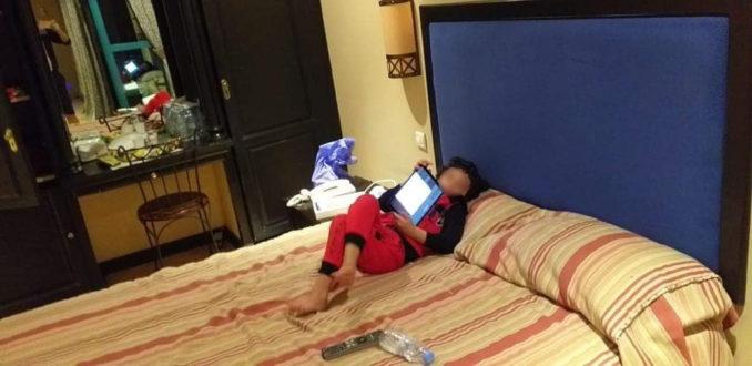 الطفل زياد يغادر المستشفى بعد تعافيه و يكمل الحجر الصحي في فندق في مدينة فاس