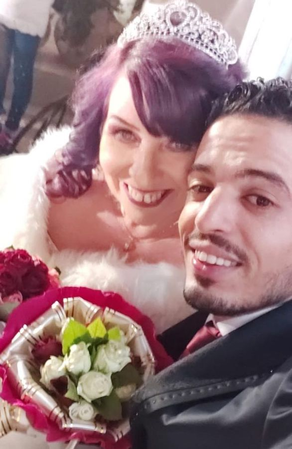 إرسال طلب صداقة بالخطأ يتسبب في زواج ستينية بريطانية بشاب من تونس