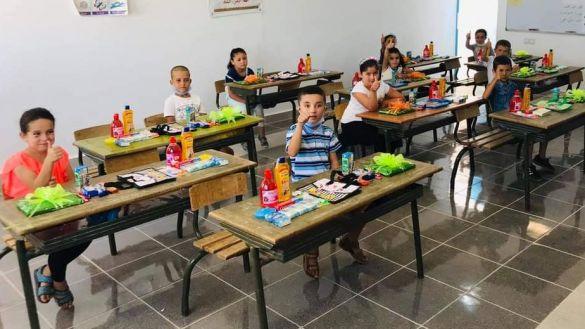 المعلم الملقب بأستاذ الفقراء بمدينة الحسيمة استقبل تلاميذه بالهدايا ووسائل التعقيم