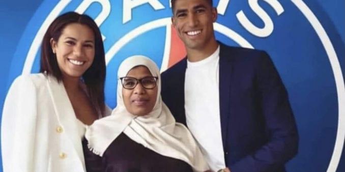 """أشرف حكيمي يظهر رفقة والدته أثناء توقيع عقد احترافه مع باريس سان جرمان ورواد مواقع التواصل يصفونه ب """"مرضي ميمتو"""""""