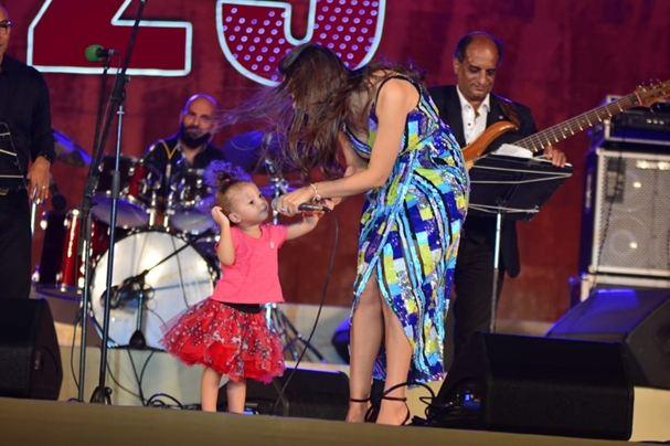 ابنة الفنانة جنات ترافقها على المسرح أثناء احيائها حفلا موسيقيا بمصر