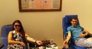 بالصور : الفنان نعمان لحلو يتبرع بالدم رفقة زوجته استجابة للتحدي و لنداء مركز تحاقن الدم
