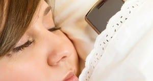 """5 مخاطر كارثية لترك """"هاتفك"""" بجوارك أثناء النوم"""