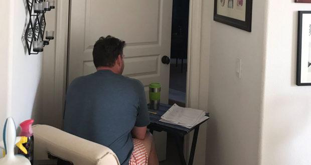 ظل يجلس لساعات أمام هذا الباب..عندما عرفت السبب بكيت من قلبي