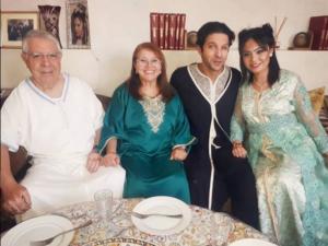 الممثل المغربي أنس الباز باطلالة تقليدية رفقة والديه و زوجته الأندونيسية بمناسبة عيد الفطر