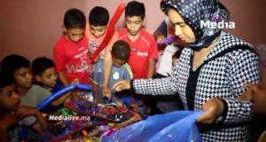البائعة المتجولة التي عوضها المغاربة ب 5 ملايين تدخل الفرحة على قلوب صغار الحي الصفيحي الذي تعيش فيه