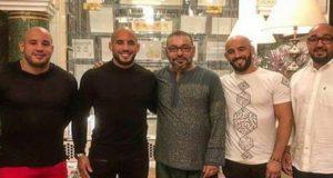 """إطلالة شبابية حديثة للملك """"محمد السادس"""" رفقة الإخوة أبو زعيتر تنال إعجاب المغاربة"""