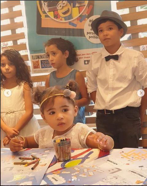 سعيدة شرف تحتفل بعيد ميلاد ابنها آدم رفقة أصدقائه بإحدى محلات الوجبات السريعة