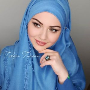 السيدة التركية الجميلة تعود بلفات حجاب جديدة و جذابة لكل المناسبات و الخرجات