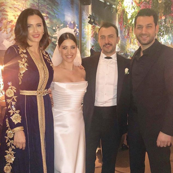 ايمان الباني تخطف الانظار بالقفطان المغربي في حفل زفاف الممثلة التركية هازال كايا